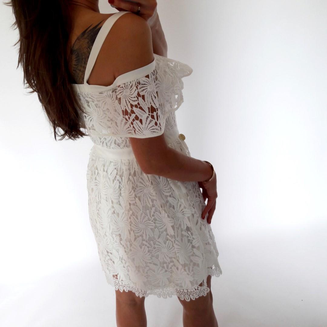 76946305ac Krótka sukienka koronkowa w klasycznej bieli - LILITH sklep